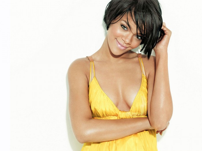 Rihanna Admitted To Hospital, Forced To Cancel Show!