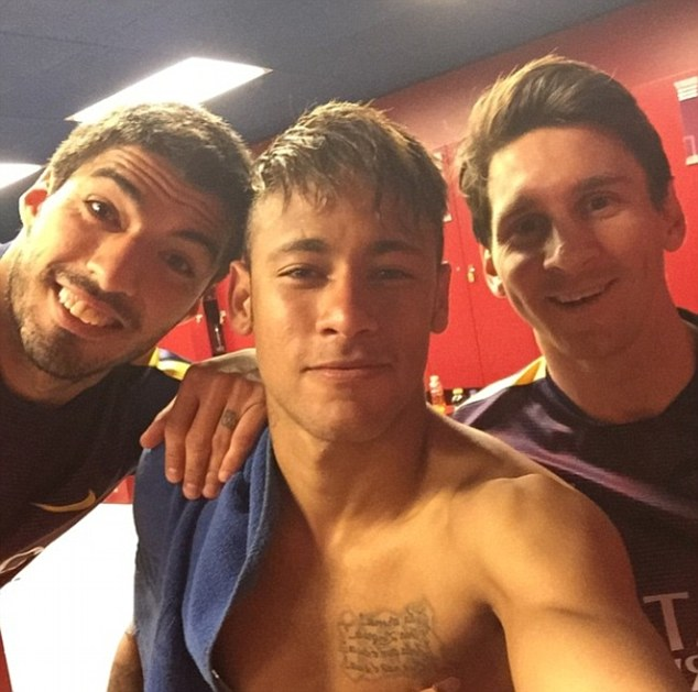 281DD75B00000578-3060793-Luis_Suarez_Neymar_Jnr_and_Lionel_Messi_pose_for_a_picture_in_th-a-28_1430309787371